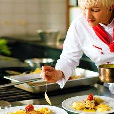 Требуется повар с функциями домработницы, с проживанием