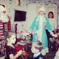 Дед Мороз с аккордеоном и прелестной Снегурочкой