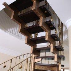 Лестница открытая на сварном ломаном косоуре